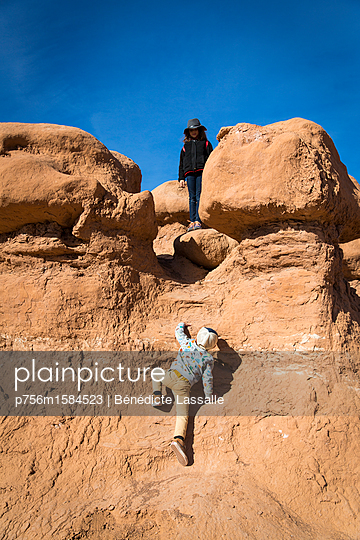 Boy climp up a rock  - p756m1584523 by Bénédicte Lassalle