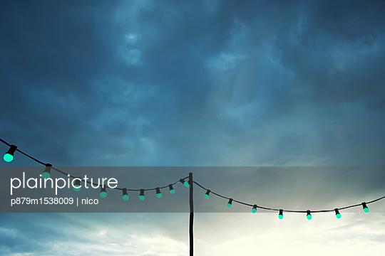 Lichterkette am Abend - p879m1538009 von nico