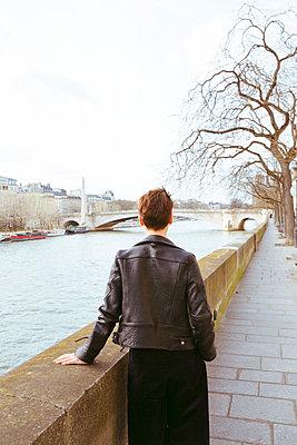 Nachdenkliche junge Frau in Paris - p432m1222257 von mia takahara