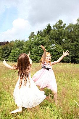 Little girls on a meadow - p045m944674 by Jasmin Sander