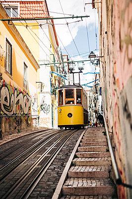 Alte, traditionelle Straßenbahn in Lissabon Portugal  - p1497m2087012 von Sascha Jacoby