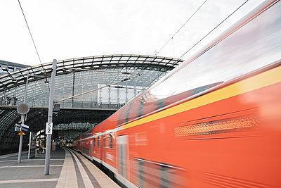 Reginoal train arriving at central station, Berlin, Germany - p300m2155211 by Hernandez and Sorokina