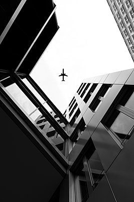 Germany, Duesseldorf, view to plane and facades of high-rise buildings from below - p300m2219502 by visual2020vision