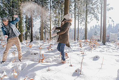 Young couple having a snowball fight - p586m2005130 by Kniel Synnatzschke