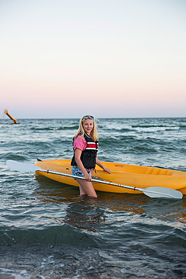 Teenage girl kayaking - p788m1184846 by Lisa Krechting