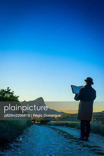 The man with a book - p829m2296819 by Régis Domergue