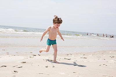 Kleiner Junge am Meer - p1308m2057166 von felice douglas
