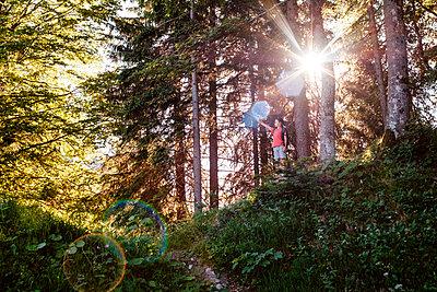 Boy enjoying view on hilltop, Bludenz, Vorarlberg, Austria - p429m2153061 by ©JFCreatives