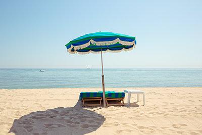 Verlassene Sonnenliegen am Strand von Saint Tropez - p432m1584425 von mia takahara