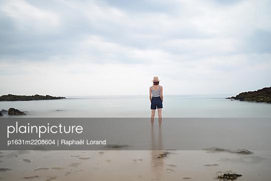 Woman meditation - p1631m2208604 by Raphaël Lorand