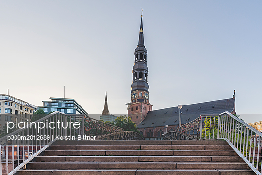 Germany, Hamburg, Jungfernbruecke and St. Catherine's Church - p300m2012689 von Kerstin Bittner