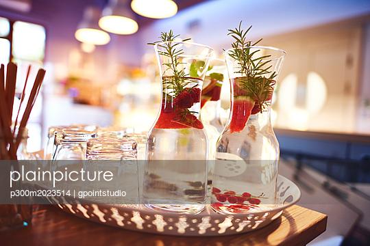 Jar of fresh cocktail on the tray - p300m2023514 von gpointstudio