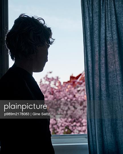 Frau am Fenster - p989m2178083 von Gine Seitz