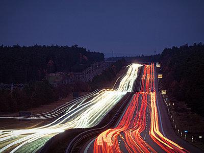 Deutschland, Bayern, Lichtspuren auf der Autobahn - p1275m2229446 von cgimanufaktur