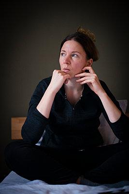 Frau mit Blick aus dem Fenster - p1509m2099097 von Romy Rolletschke