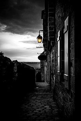 Gasse in Mont Saint Michel - p248m1516062 von BY