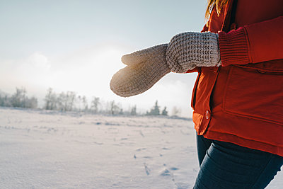 Young woman in winter clothing in snowy landscape - p586m2005106 by Kniel Synnatzschke