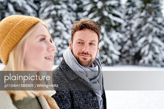 Junges Paar macht einen Winterspaziergang - p1124m1589305 von Willing-Holtz