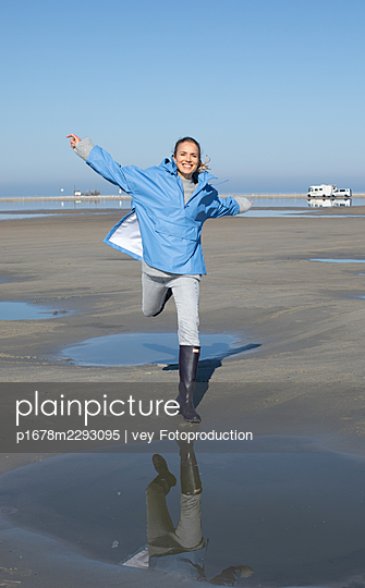 Woman taking a walk by the sea - p1678m2293095 by vey Fotoproduction