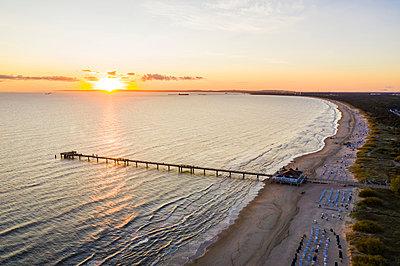 Germany, Mecklenburg-Western Pomerania, Heringsdorf, Aerial view of coastal pier at sunrise - p300m2226596 by Werner Dieterich