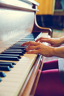 Klavier spielen - p904m1133719 von Stefanie Päffgen