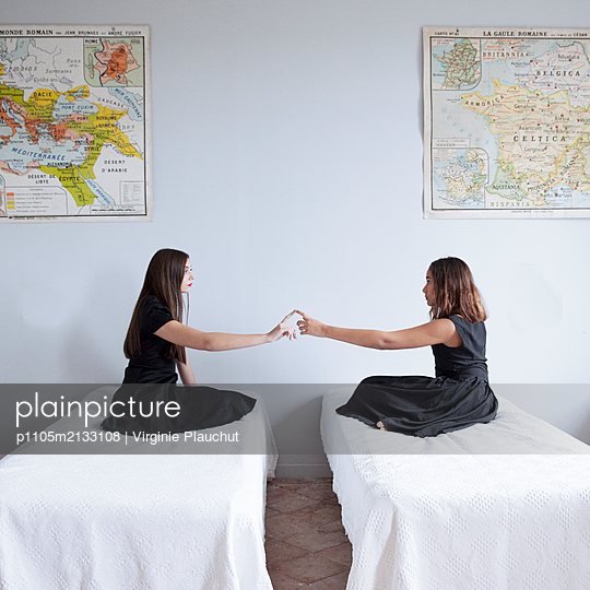 Two women sitting on bed - p1105m2133108 by Virginie Plauchut