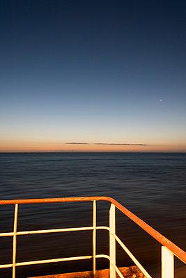 Reling mit Morgenstimmung auf der Nordsee - p1079m1092063 von Ulrich Mertens