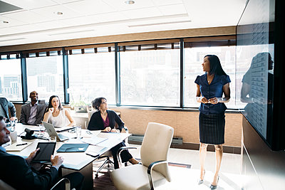 Businesswoman giving presentation in meeting at board room - p1166m1403700 by Cavan Images