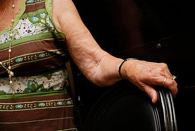 Ältere Dame stützt sich ab - p2600177 von Frank Dan Hofacker