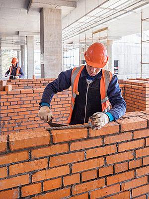 Rohbauarbeiten auf einer Baustelle mit Bauarbeitern - p390m2076202 von Frank Herfort
