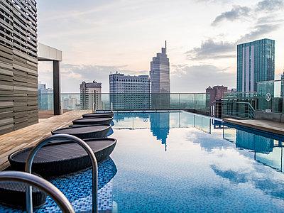 Swimmingpool auf dem Dach eines Hochhauses - p393m1452272 von Manuel Krug