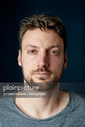 Porträt junger Mann mit Vollbart - p1124m1589446 von Willing-Holtz