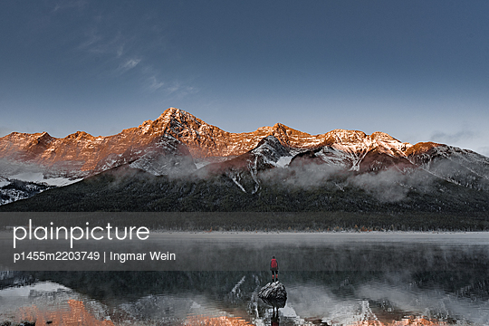Mann steht auf Stein in einem Bergsee  - p1455m2203749 von Ingmar Wein