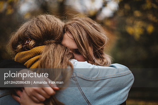 Women hugging - p312m2086439 by Amanda Falkman