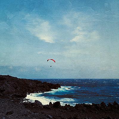 Spain, Province of Santa Cruz de Tenerife, Los Llanos de Aridane, Paraglider flying over coast ofLa Palmaisland - p300m2170776 by Dirk Wüstenhagen