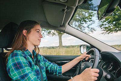 Young woman driving car - p586m1110117 by Kniel Synnatzschke