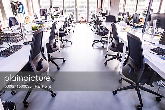 plainpicture - plainpicture p300m1568095 - Modern open-plan office - plainpicture/Westend61/HalfPoint