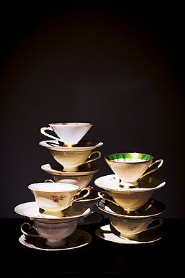 Stack of coffee cups - p1149m2089573 by Yvonne Röder
