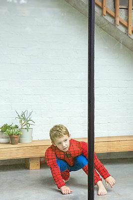 kleiner Junge blickt aus dem Fenster - p1156m1585869 von miep
