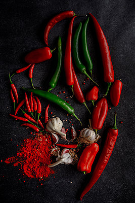 Garlic chili powder and green and red chili ingredient - p1166m2078070 by Cavan Images