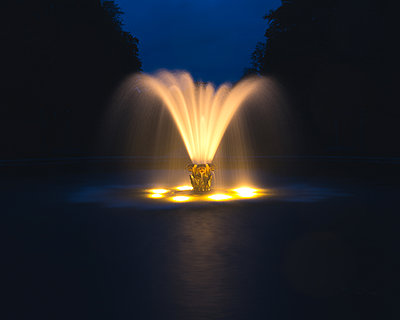 Germany, Hannover,  Illuminated fountain in the Herrenhausen Gardens - p1549m2222984 by Sam Green