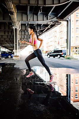 Woman training in the morning in Manhattan near Brooklyn Bridge - p300m1537242 by Giorgio Fochesato