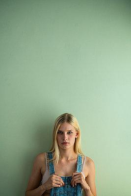 Blonde Frau - p427m1591634 von Ralf Mohr