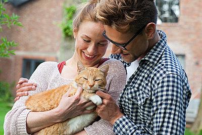 Paar mit Katze - p981m1481268 von Franke + Mans