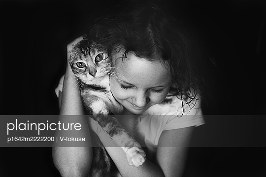 Girl snuggling up to her cat - p1642m2222200 by V-fokuse