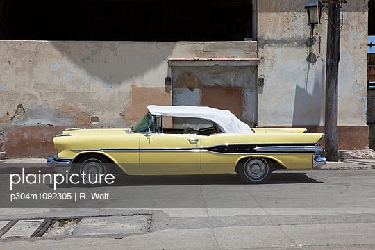 Vintage car in Havana - p304m1092305 by R. Wolf