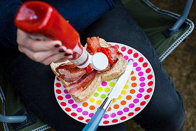 Sandwich zubereiten - p1057m1041479 von Stephen Shepherd