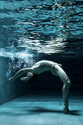 Man under water - p1139m2216294 by Julien Benhamou