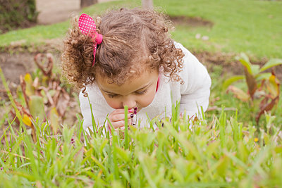 Girl smelling flower - p1427m2077555 by REB Images