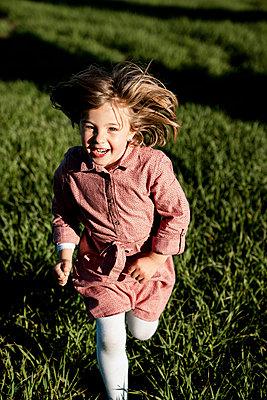 Spain, Valencian Community, Alicante. Children playing in the countryside - p300m2286806 von Rafa Cortés